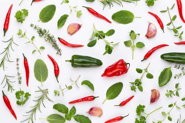 Spice травяные листья и перец чили на белом столе