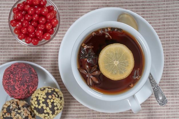 シナモン、黒胡椒、カルダモン、スターアニス、レモン、クローブ、ホットアップルジュースからなるスパイスティー。クローズアップ、上面図。シナモンティー。お茶を飲む
