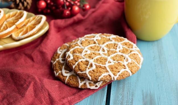 アーモンド入りのスパイスクッキー。クリスマスプレゼント。リボンで結んだ丸いクッキー。ベーキング、アーモンド。