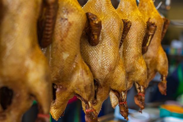 タイの鴨麺料理のステンレスフックにスパイスダックや鍋煮込みダックを吊るす