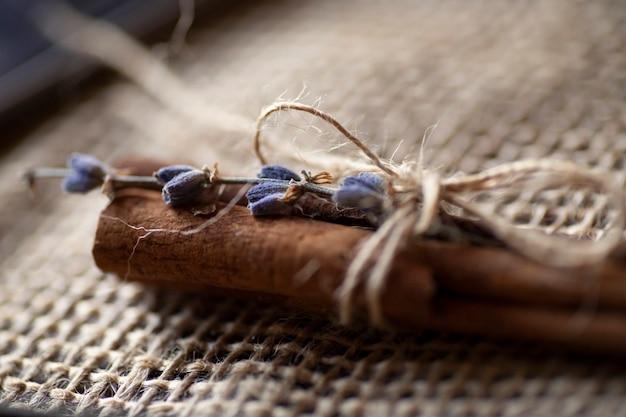 スパイスと調味料。シナモンはラベンダーの花でくっつき、ジュート黄麻布にジュートロープで結ばれています。