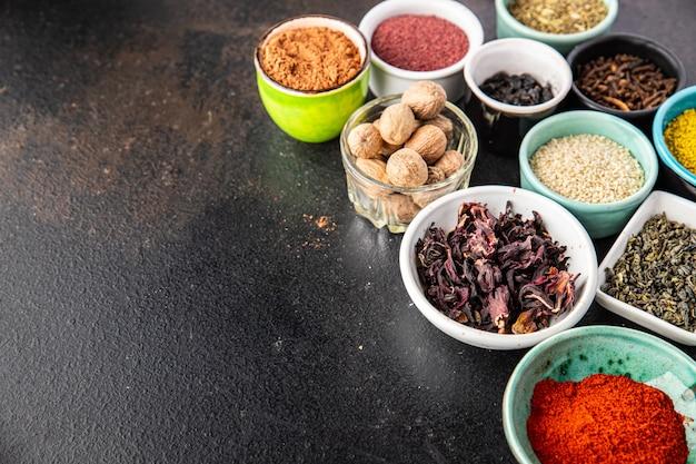 ウルシペッパーパプリカローズマリーkhmelisuneliクローブなどを調理するためのスパイスとハーブ
