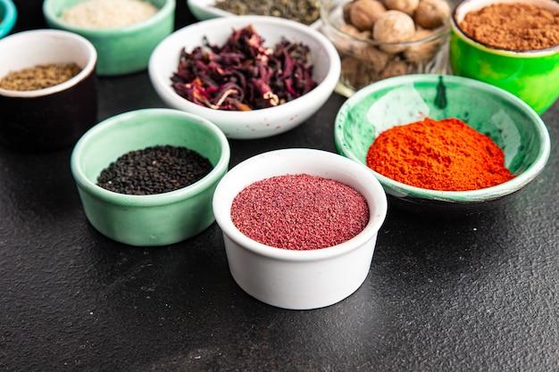 ウルシペッパーパプリカローズマリーkhmelisuneliクローブなどを調理するためのスパイスとハーブ Premium写真