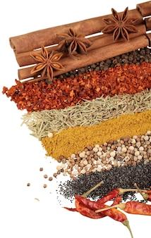 背景にスパイスやハーブ、食べ物や料理の食材。カラフルな天然添加物。