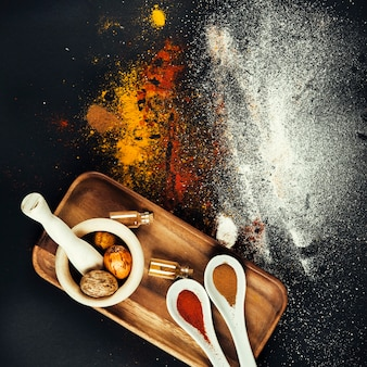 Spices composition with mill and spoons