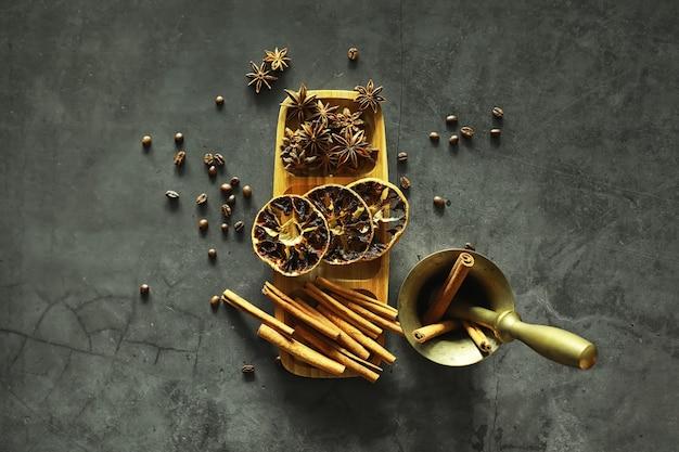 料理用のスパイス。シナモンとアニス。スパイス用の乳鉢と乳棒。
