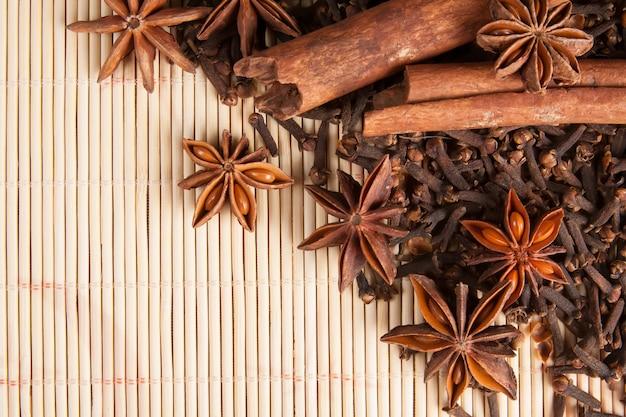 竹の背景にグリューワインのスパイス