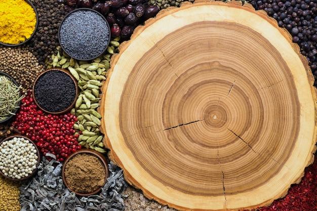 음식과 포장 디자인을위한 향신료. 나무 질감의 배경에 인도 조미료입니다.