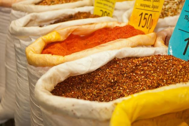 フリーマーケットで袋にスパイス。