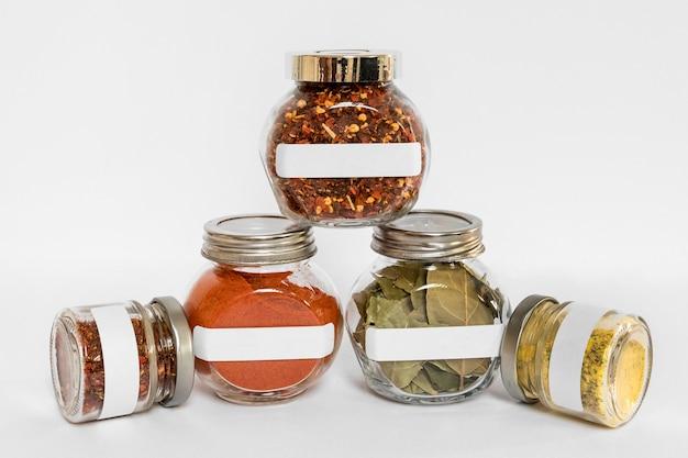 Assortimento di spezie in contenitori etichettati