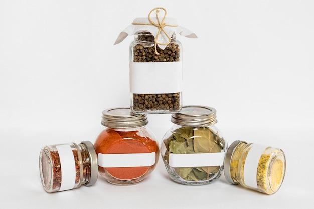 Spezie nella composizione di contenitori etichettati