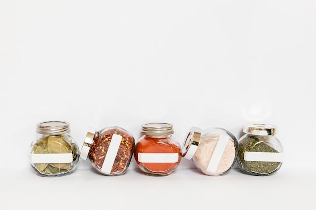 Spezie in cornice contenitori etichettati