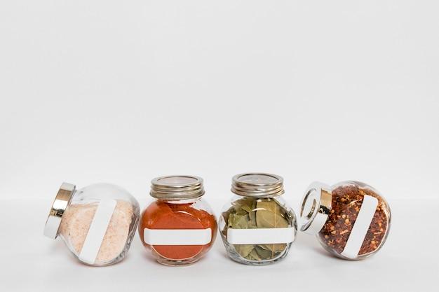 Spezie in contenitori etichettati con copia-spazio