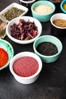 スパイスミックス調味料さまざまな種類の刺激的でスパイシーなハーブ挽いたスパイス新鮮な部分