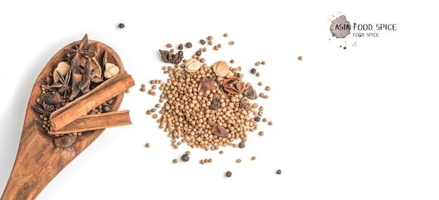 Тушеное яйцо со специями. звездчатый анис, палочки корицы и перец на белом фоне