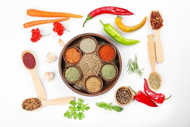 白い背景の上のスパイス、野菜、ハーブ