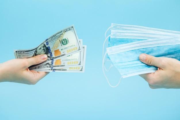 医療製品について説明します。コロナウイルスの流行における医薬品と医薬品の不足。 covid-19(新型コロナウイルス感染症)(#文字数制限がない場合、初出時にかっこ書きを追加。米ドル、青色の背景にワクチンラベル。