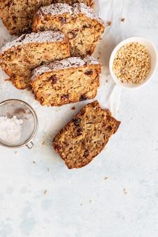 Пряный яблочный, ореховый и клюквенный кексы с сахарной пудрой на бумаге