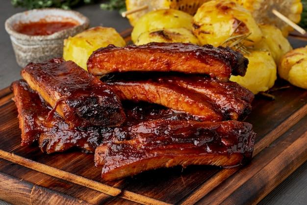 매콤한 바베큐 돼지 갈비와 으깬 감자. 느린 요리법