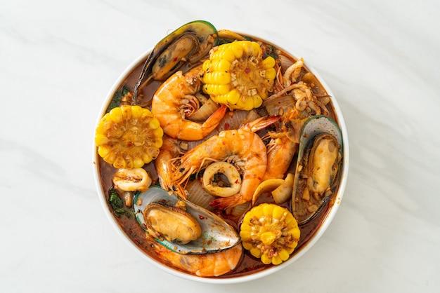 Острые морепродукты барбекю - креветки, квиуд, мидии и кукуруза