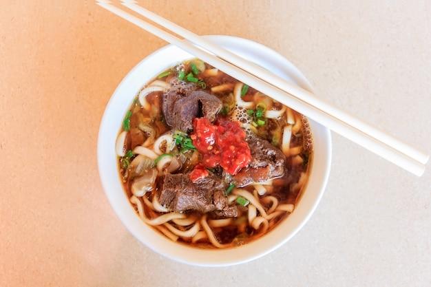 매운 소고기 국수 락사 수프는 전통적인 전통 매운 국수 수프입니다