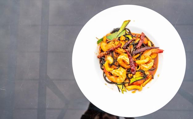 Пряные черные спагетти с креветками (том ям кунг)