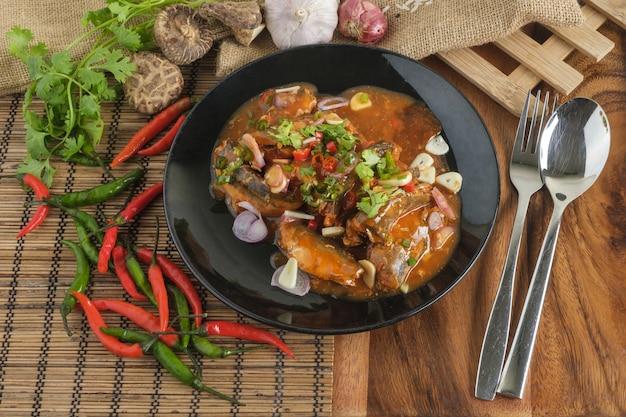 Пряный консервированный салат из сардины, тайский фастфуд с ингредиентами.