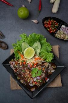 スパイシーなマグロの缶詰サラダとタイ料理の食材