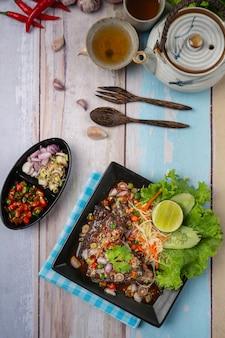 매운 통조림 참치 샐러드와 태국 음식 재료