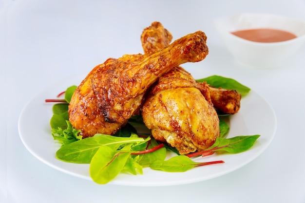 하얀 접시에 시금치와 매운 치킨 나지만.
