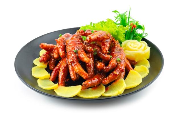 매운 닭발 한국 음식 스타일 장식 조각 봄 양파와 야채 측면