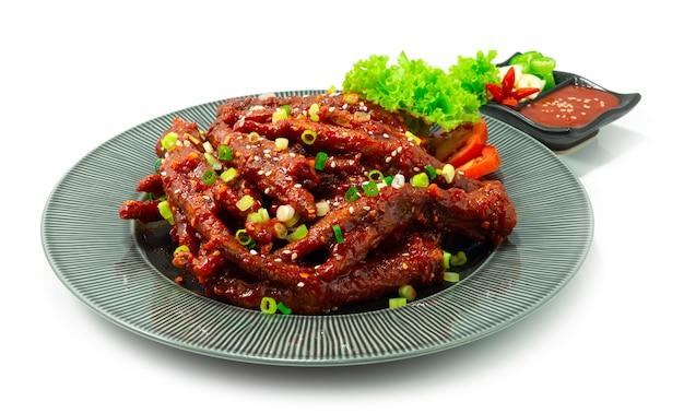 매콤한 닭발 달콤함 뜨거운 맛있는 요리 닭발 한식 스타일 제공 칠리, 마늘, 고추장 소스 사이드 뷰