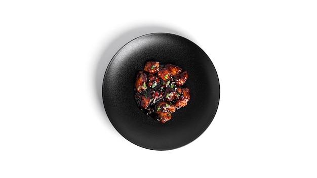 Острый цыпленок в кисло-сладком соусе с перцем чили. курица терияки с кунжутом. изолированный.