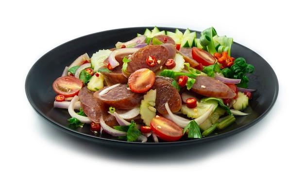 Острый китайский салат с колбасой yum kun chiang с огурцом и овощами
