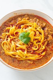 매운 중국 운남 국수 수프 또는 kwa meng - 아시아 음식 스타일