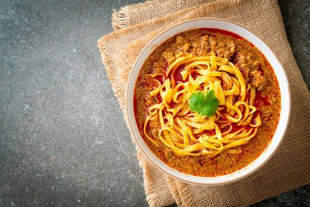 スパイシーな中国雲南ヌードルスープまたはクワメン-アジア料理スタイル