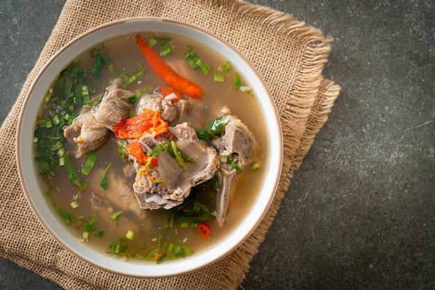 スパイシーチョップドポークバックボーンスープまたはスパイシーレンスープ-アジア料理スタイル