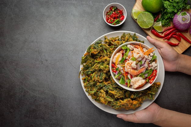 エビのスパイシーなサクサクの朝顔サラダ、スパイシーな新鮮なエビ、タイ料理。