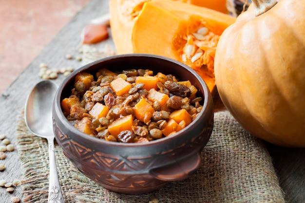 青レンズ豆、かぼちゃ、レーズンのスパイシーカレー