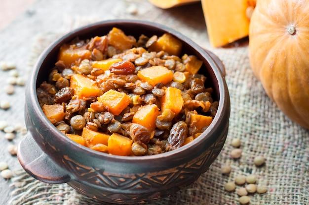 グリーンレンズ豆、カボチャ、レーズンのスパイシーカレー Premium写真