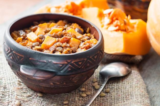 グリーンレンズ豆、カボチャ、レーズンのスパイシーカレー