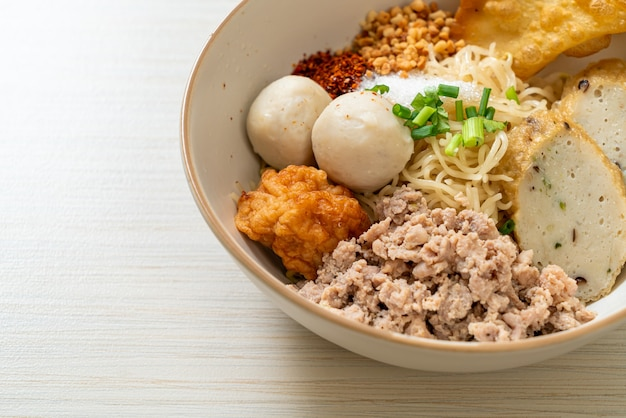생선 공과 수프가 없는 새우 공이 있는 매운 계란 국수 - 아시아 음식 스타일