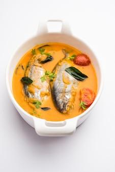 Острый рыбный карри - керала, конкан, бенгалия, гоа в красно-коричневом цвете, подается с рисом.