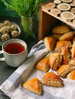 테이블 위에는 매콤하고 향긋한 가타 만두가 놓여 있습니다.