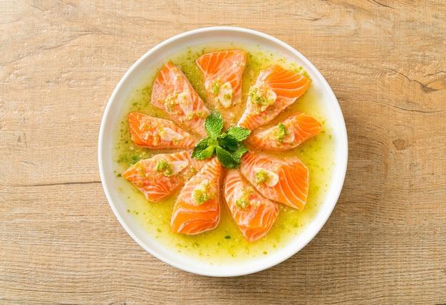 Пряный свежий лосось в соусе из морепродуктов и салата