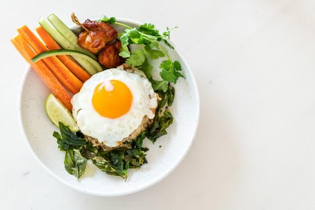目玉焼きと野菜のピリ辛チャーハン