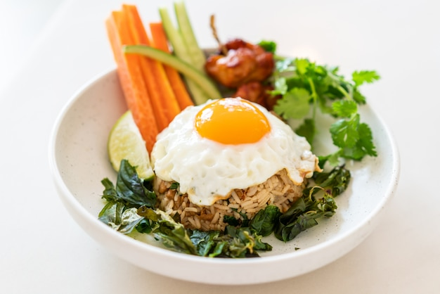 Пряный жареный рис с жареным яйцом и овощами