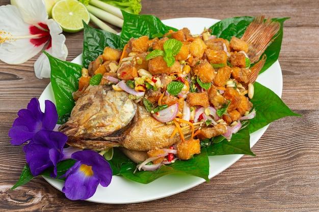 Острый жареный рыбный салат тубтим, пряная тайская еда.