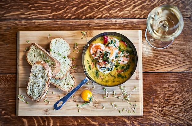 Острый чесночный чили креветки креветки на сковороде с лимоном и кинзой Premium Фотографии