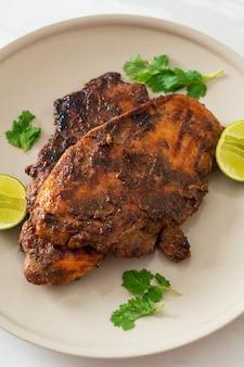 매운 구운 자메이카 저크 치킨 - 자메이카 음식 스타일